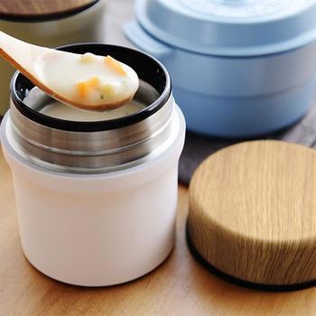 木目調のフタがあたたかな印象のスープジャー。6時間は保温できるので、朝入れたスープやリゾット、お味噌汁も温かいまま楽しめます。保冷も可能なので、冷たいフルーツやサラダを入れても◎!一年中使えるので、ひとつ持っておくと便利です。