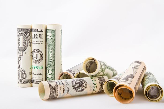 給料が振り込まれる銀行口座から、公共料金やクレジットカード、家賃などすべての引き落としがされるように整えておくと、それだけでおおまかな収支が見えてきます。夫婦共働きの場合も、収入はまとめて管理するのがおすすめ。給料が振り込まれたらすぐに家計管理用の口座に動かすようにできるといいですね。