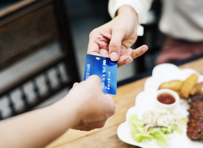 クレジットカードはお金の動きが目に見えないため、実は「家計の把握」がややこしくなる原因にも。特典などにひかれて気が付くと何枚ものカードを持ってしまっている場合は、特に使うもの数枚を残してほかは解約を。使うと同時に銀行口座からお金が引き落とされるデビットカードに切り替えるのも、使いすぎの防止にもなるのでおすすめです。