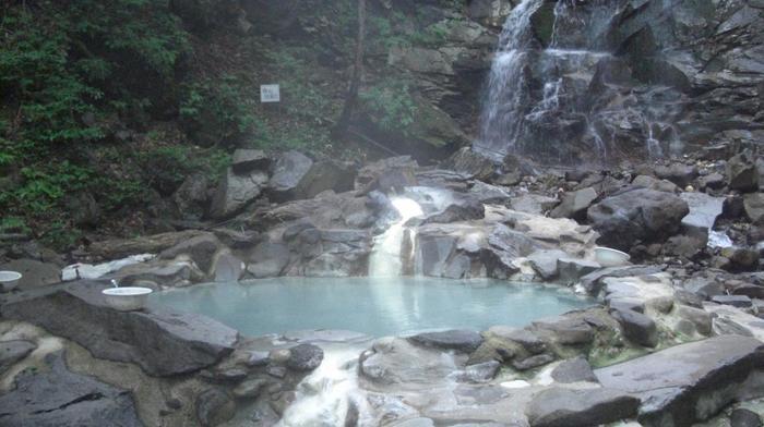 岩手県の温泉に「名湯」が多い理由として、「源泉かけ流し」という言葉をよく耳にします。「源泉かけ流し」とは、地中から湧き出た温泉水を機械で汲み上げて浴槽に供給して、そして溢れ出た温泉水はそのまま排出するということです。また、汲み上げた温泉水は「沸かさず、薄めず、循環させない」といったルールがあって、源泉そのままの自然の状態で、温泉が持つ自然の力をそのまま肌で感じることができるいわば「本物の温泉」という意味になります。