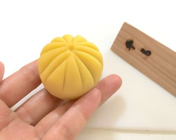 最後にお茶をいただき、作りたてのお菓子をその場で味わうことができます。持ち帰り用のケース(二個用)もありますので、お土産にしてもいいですね。鎌倉での思い出作りにいかがでしょうか。