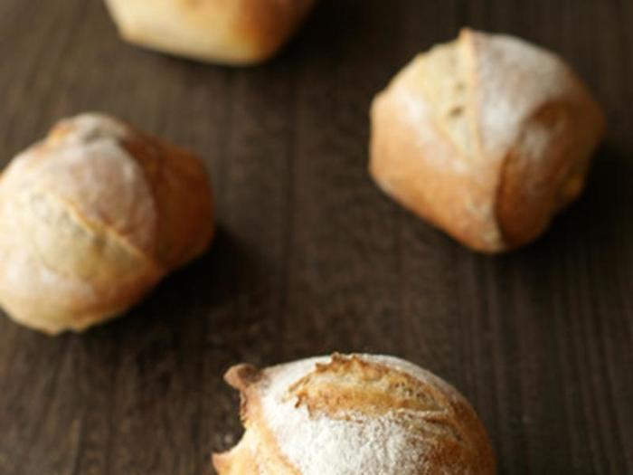 前出のいちご酵母を使って作る、本格的なパンレシピです。リュスティックは、パリッとした外側と内側のもっちり感が魅力です。出来立ては、いちご酵母がほのかに香ります。自家製のジャムやいちごバターと付けていただきましょう。