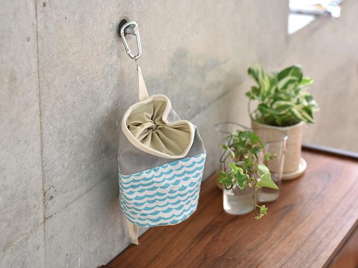こちらはハギレで作った、筒型の小物入れ。お部屋のイメージに合わせて生地を組み合わせてみるのも楽しいですね♪紐を吊るせばスペースがなくても、こんなふうに壁に吊るすことができるので便利!布製なのでバッグに入れて、ポーチのように持ち運ぶこともできます。