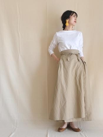 ホワイトとベージュで爽やかにまとめるのも素敵。洋服がシンプルなぶん、大振りピアスで顔まわりにアクセントを。