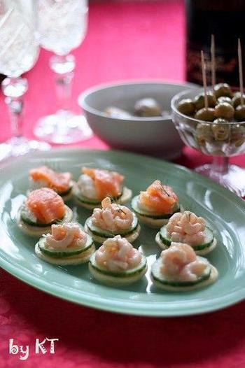 海老のサラダをブリニにトッピングすることで、見た目がキュートで華やかになります。  セレモニーやイベントのディナーの前菜に。