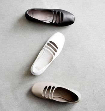 3本のストラップが特徴的。ゴムになっているため脱ぎ履きしやすく、歩行中もソフトなフィット感を感じられます。