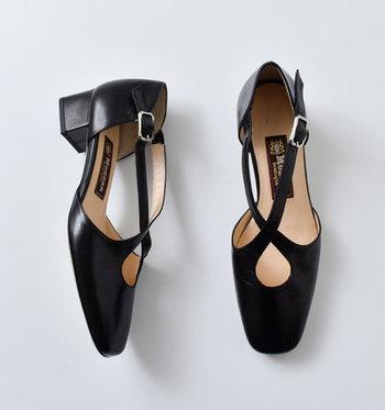 足のラインが美しく見えるクロスストラップ。控えめな光沢感が上品な印象です。