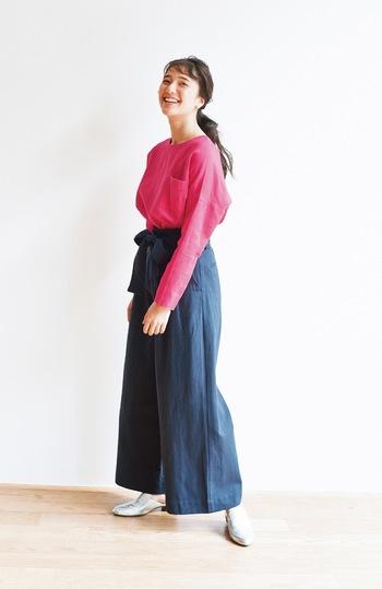 ピンクのリネントップスは、軽やかで元気いっぱいに着こなせる嬉しいカラー。デニムのワイドパンツにタックインして、大人のナチュラルコーデに仕上げています。
