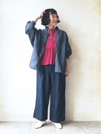 ビビッドピンクのブラウスを、デニムシャツとワイドパンツのセットアップコーデのインナーに。ナチュラルなデニムコーデに明るい色をさりげなくプラスすることで、明るく女性らしいスタイリングの完成です。