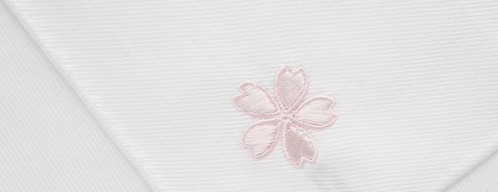 新生活への期待を込めて、美しい桜の刺繍入りのハンカチはいかが?真っ白のハンカチは、大人になると持っておきたい1枚。大切な人への贈りものに最適です。