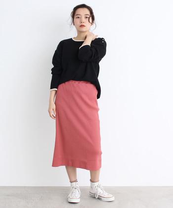ピンクのタイトスカートは、黒トップスと白スニーカーを合わせたちょっぴりシックな着こなしに。ピンクの印象が強い分他のアイテムは色を抑えて、大人っぽいカジュアルスタイルに仕上げています。