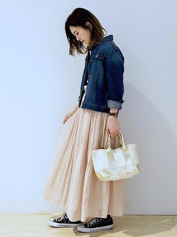 シフォン素材で春らしく着こなせるロングスカートは、デニムジャケットとスニーカーを合わせてカジュアルに。甘くなり過ぎないピンクの着こなしがしたい人には、とても参考になるコーディネートですね♪