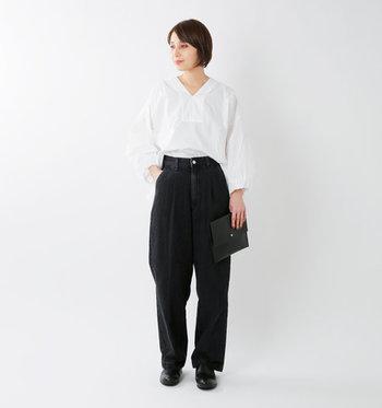 タイプライター素材の白ブラウスは、スキッパー襟とバルーンスリーブで、女性らしさをしっかりアピールできる一枚。シンプルなデザインなので、オンオフ活用できる優秀アイテムです。