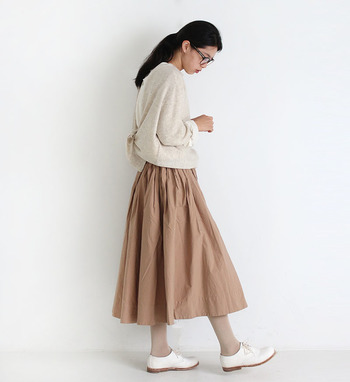 サラッとした手触り感で、着心地の良いタイプライター生地のフレアスカート。長すぎないミディ丈と程よい厚さで、オールシーズン着用できるのが魅力の一枚です。