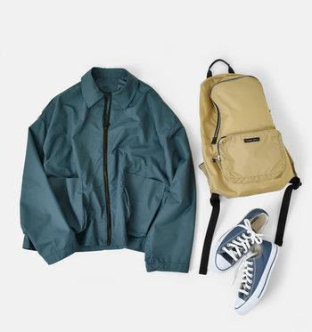 とても薄く軽いジャケットなので、春にも大活躍してくれるブルゾン。ヴィンテージ加工と撥水加工が施されているので、雨の日にも安心して活用できます。デイリー使いだけでなく、アウトドアなどのシーンにもおすすめ。