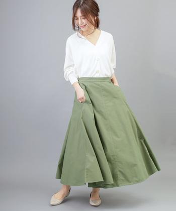 ボリューム感たっぷりな、マキシ丈のフレアスカート。タイプライター素材でハリのあるきちんと感を演出しています。フェミニンにもクールにも着こなせるカーキカラーなら、様々な場面で活躍してくれそうですね♪