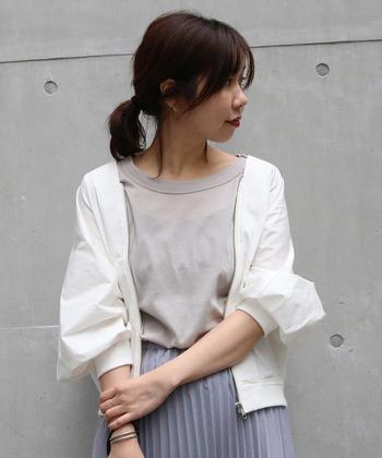 タイプライター生地を採用し、ハリ感のある白のブルゾン。ドルマンシルエットが女性らしい印象で、ゆるっと羽織れる気軽さが魅力の一枚です。