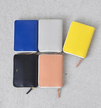 とってもシンプルなデザインながら、6色展開で好きなカラーを選べるのが嬉しいポイント。レザーの光沢感とミニサイズのベーシックデザインで、スマート思考の女性にもぴったりです。