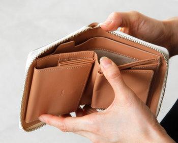ラウンドジッパーで開け閉めがしやすく、お札入れは仕切り付きで2ポケット併設。小銭入れとカード入れも付いているので、使いやすさは抜群です。