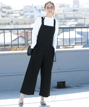 定番の黒いサロペットはモノトーンコーデで軽快に。足元はギンガムチェックのバレエシューズを合わせて女性らしく着こなしましょう。