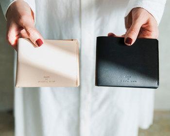 ベージュと黒の2色展開で、シンプルに使える二つ折り財布です。厚みのないスマートなデザインで、小さめのバッグやパーティーバッグなどにもスッと収まります。