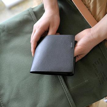 ポケットサイズの、シンプルな二つ折り財布です。カラーはベーシックな黒以外にも6色展開。ユニセックスデザインなので、お揃いで持っても素敵ですね。