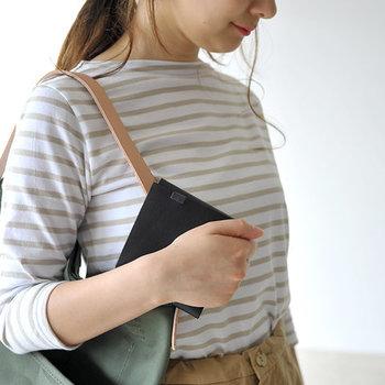 二つ折り財布は四角型でコンパクト。トレンドアイテムのミニバッグにも、しっかり納めることができます。長財布などを使っているとそれだけでバッグがパンパンになってしまうので、スッキリ収納にも。