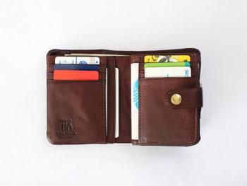 収納力の高い大きめの財布を使っていると、あれもこれもと入れてしまいがち。その結果財布の中がごちゃごちゃしてしまうのはあるあるですよね。コンパクトな二つ折り財布を使えば、容量が限られているため常に財布の中をスッキリ保てるようになります。