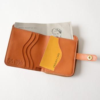 カードポケットは、独自の裁断で出し入れがしやすいシルエットに。小銭入れは外付きなので、二つ折り財布を開くことなく取り出せてとっても便利です。