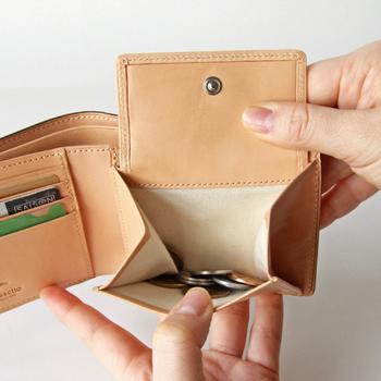 お札入れは二カ所併設されていて、ガバっと開く小銭入れが使いやすさも抜群です。カード入れの裏側にはポケットも付いているので、スマートなのに程よい収納力のあるお財布になっています。