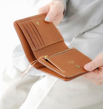 二つ折り財布の中には、小銭が出しやすいように設計されているものが多くあります。お札よりも小銭を使う機会が多いという方は、二つ折り財布の方がライフスタイルに合っているかもしれませんよ。
