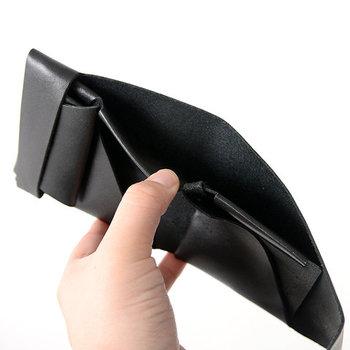 袱紗をモチーフに作られたこちらの財布は、一枚革を縫わずに折って形成。ボルト&ナットで一点だけを留めた、こだわりの強いデザインになっています。大きく開くお札入れは、サッと出し入れしたい方にぴったり。