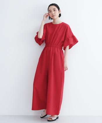 袖のフリルやウエストの絞りなど、細かいディテールが光るハッと目を引く赤いオールインワンもシンプルに素材を生かしてきこなしたい。さっと一枚でとても華やかになるのでちょっとしたお呼ばれシーンでも活躍しそうですね。