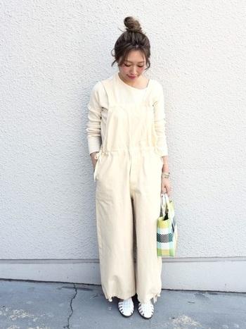 とっても爽やかなオールホワイトのコーデには、シューズとバッグも抜かりなくデザイン性の高いものをチョイス。