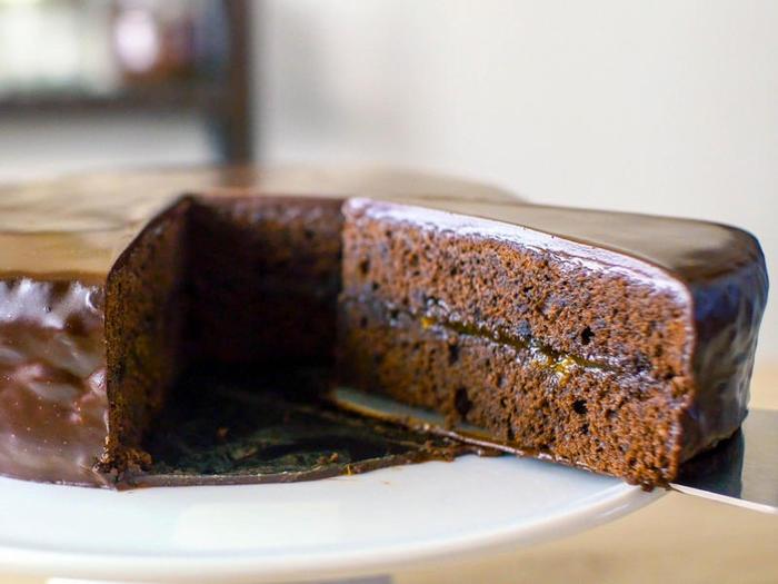 チョコレートの艶やかなコーティングが美しいザッハトルテは、オーストリア伝統のチョコレートケーキ。チョコの濃厚さとアプリコットのフルーティーな酸味のバランスが絶妙です。カカオの含有量の高いものを使うと、甘さ控えめの大人の味わいに仕上がるそう。