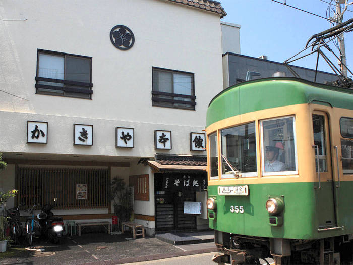 しらす丼の元祖とも言われているのが、創業百十余年の老舗食堂「かきや」です。腰越駅から江ノ島駅の区間、江ノ電が路面を走る「電車通り」に面しており、味わい深い雰囲気の食堂です。
