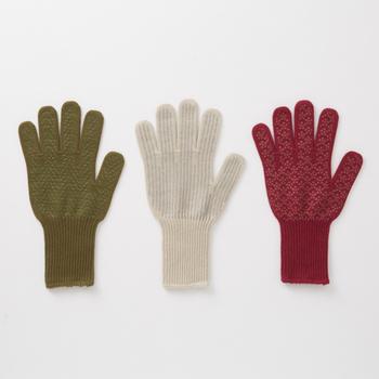 災害時には割れたガラスなど、危険な物を触る場面も予想されます。土などで汚れた場所でも気兼ねなく触れるよう、軍手を用意しておきましょう。寒い時期には、防寒用の手袋としても活用できます。