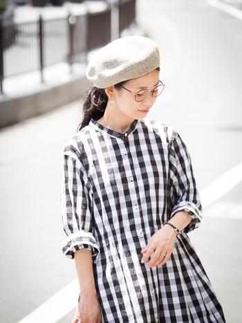 パイル糸を使った風通しの良いベレー帽。ライトベージュはガーリーで柔らかい印象に。前髪をまとめて丸メガネをかけると、顔周りがスッキリした、オシャレ感のあるスタイリングが完成します。ギンガムチェックのワンピースと合わせた春の雰囲気漂う爽やかなコーディネートです。