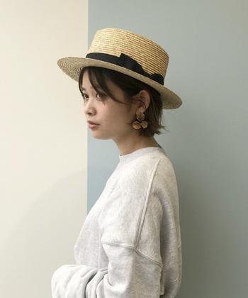 カンカン帽は、麦わら帽子の1種でトップが平たいデザインのハットです。つばの長さやリボンなどで印象がかなり変わるので、自分好みのものがきっと見つかるはず。