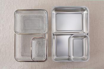 1/1サイズを基本として、半分サイズの1/2、1/4と3タイプあり、どれもフタが付いていて、それぞれ「下ごしらえ角ザル」も別売りであります。