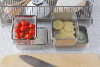 バット以外にも縦横を交互に積み上げることができる「角バット」と専用の「スタッキングザル」もあり、狭いスペースにたくさんの食材を置くことができてとっても便利。どのアイテムもまとめて揃えたくなりそう。