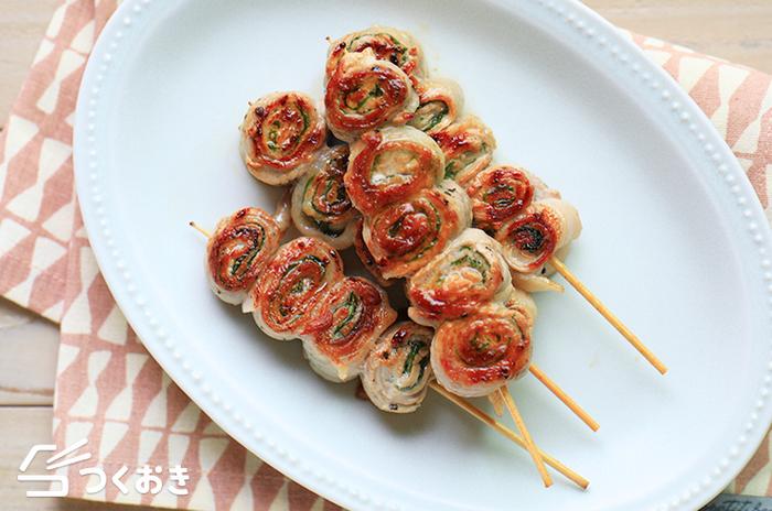 赤身の多い豚もも肉で作る、豚肉と大葉のくるくる巻き。竹串に刺して、お子様にも喜ばれる、パーティーにもおすすめのメニューです。塩こしょうだけのシンプルな味付けなので、お好みでわさびや柚子こしょうなどをつけて、様々な味わいを楽しめます。