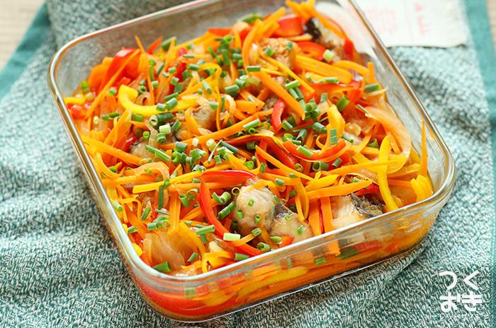 さっぱりレシピの定番の南蛮漬けをさばで作るレシピ。玉ねぎやにんじんなど野菜もたっぷりで、栄養満点♪冷蔵で4日保存可能なので、週末の作り置きにもおすすめです。