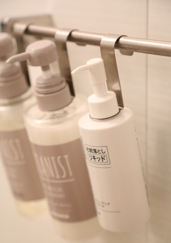 使い方は、ボトルのポンプ部分を外して、ボトルハンギングフックをはめたら、ポンプを戻すだけ。ポンプをしっかり閉めれば、フックがくるくる回ったりぐらぐらすることもないそうです。サイズもボトルの口に合わせて販売されているので、ご自宅のシャンプーなどに合わせることが出来ます。 空間を上手に利用した収納は、お風呂をスッキリと広く見せてくれるので、とってもおすすめです!