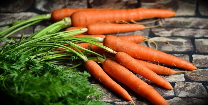 緑黄色野菜のにんじん・かぼちゃなどに多く含まれるβカロテンは、体内に入るとビタミンAに変換され、抗酸化パワーを発揮するといわれます。みずみずしい体や肌のために、料理はもちろん、ジュースなどでもどんどん取り入れたいですね。また、鶏や豚のレバーなどもビタミンAがたいへん多い食材です。
