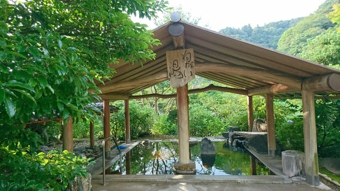養老渓谷の名所「粟又の滝」が眼下に広がる山奥深い一軒宿。滝見苑には3つのそれぞれに趣向を凝らした露天風呂があり、大自然の中で粟又の滝の音、渓流の水の音を聴きながら、ゆったりとお湯に浸かることができます。