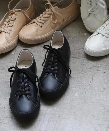 足元は意外とみられている場所。踵が覆われていないサンダルやスニーカーなどはビジネスシーンに好ましくないと判断する会社も多いようです。ブーツも派手なものは避けておいた方が良いかもしれません。