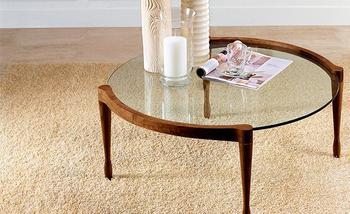 ガラスの丸いローテーブルは憧れのアイテム。ガラスは木製よりも圧迫感がないので、狭いお部屋にもおすすめです。