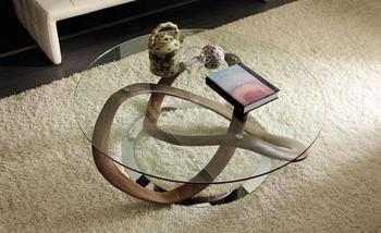 美しい曲線を描いた脚と、ガラスの天板の組み合わせが、まるでアート作品のようなローテーブルです。
