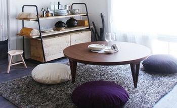 丸いローテーブルの周りに、丸いクッションを置いてコーディネート。家族や友達と、ゆっくりくつろげるリビングになります。